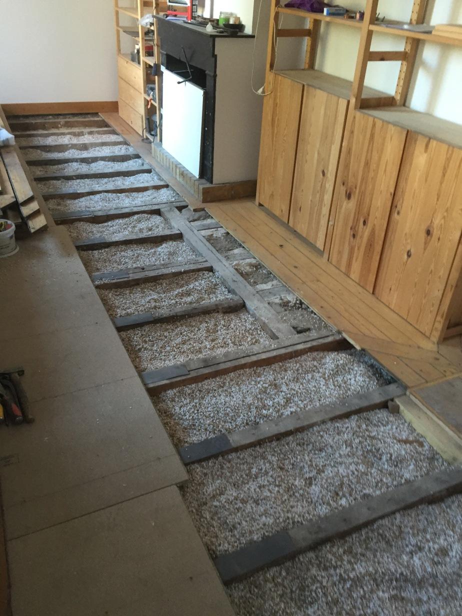 Déposé de l'ancien parquet en sapin en vu de poser des dalles plancher hydrofuge et de coller le parquet sur les dalle à voir photo et Video chantier DOLLET